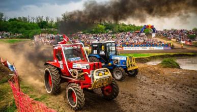 Трактор на полном ходу врезался в толпу