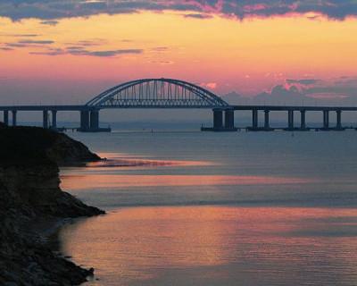 На Крымском мосту столкнулись 3 автомобиля, начался пожар