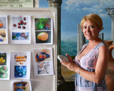 В Севастополе расписывали морские камни (ФОТО)