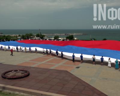 В Севастополе развернули самый большой флаг России