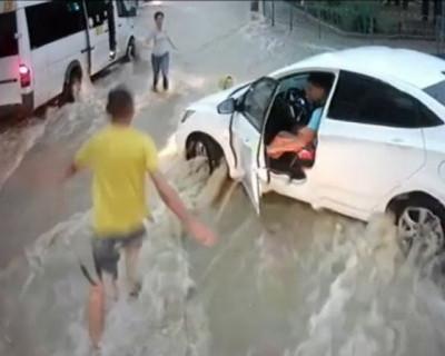 Жители Севастополя ищут девушку, которая во время ливня спасла ребенка (ВИДЕО)