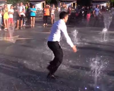 Зеленский на Донбассе шутил и прыгал в фонтаны