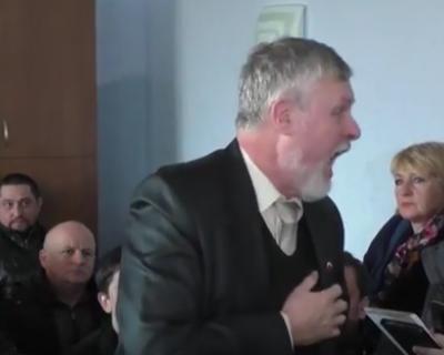 Севастопольский депутат орёт на своих избирателей (ВИДЕО 18+)
