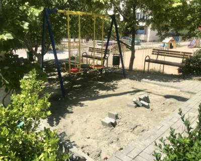 Железобетонная «логика» в Севастополе: детскую площадку мостят тротуарной плиткой