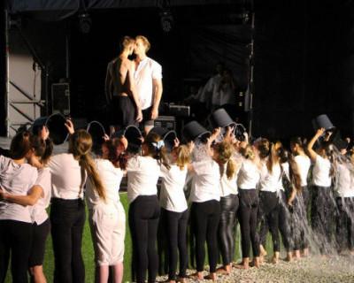 Страстные однополые поцелуи, мокрые майки... На молодежном форуме в Крыму показали шоу (ВИДЕО)