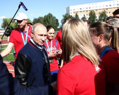 Путин встал во время исполнения гимна Украины