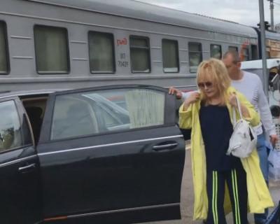 Пугачёва подъехала к вагону на машине. Это верх цинизма и неуважения к людям! (ВИДЕО)