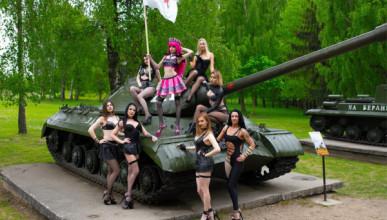 Белорусские стриптизерши устроили эротическую фотосессию в Минске