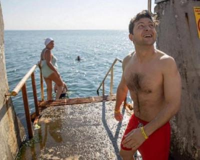 Зеленский в красных плавках восхитил украинцев (ВИДЕО)
