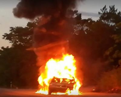 В районе Мекензиевых гор загорелся автомобиль