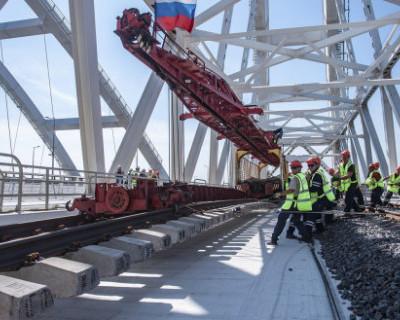 Строители завершили укладку рельсов на Крымском мосту (ВИДЕО)