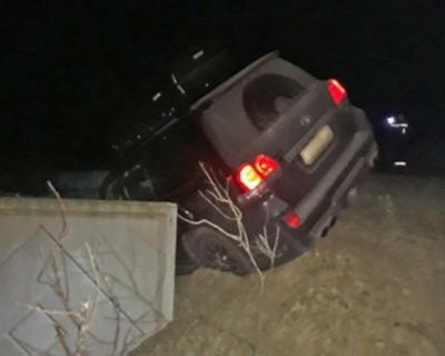 В Крыму машина зависла над обрывом и могла упасть в пропасть