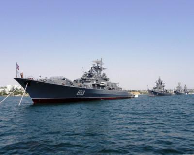 Корабли ЧФ выстроились в Севастопольской бухте в канун Дня ВМФ
