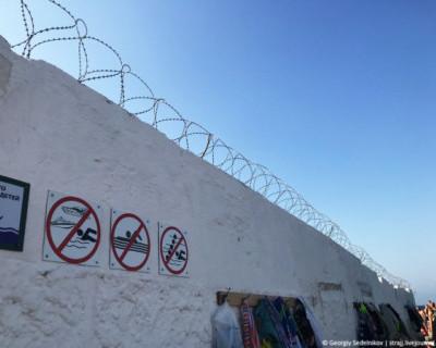 Севастопольский пляж похож на тюрьму (ФОТО)