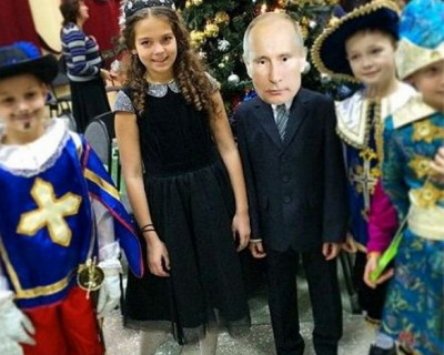 Маска Путина сделала гостем №1 второклассника среди мушкетеров и снежинок