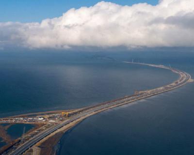 Проезжающий по закрытой части Крымского моста поезд взбудоражил россиян (ВИДЕО)
