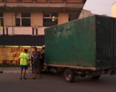 В Севастополе водитель грузовика чуть не сбил детей