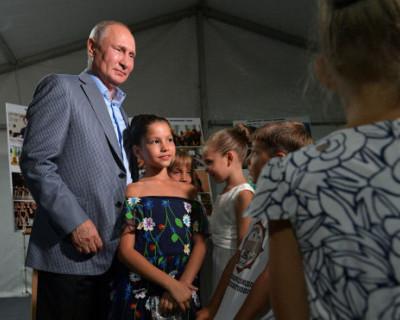 Владимир Путин встал на колено и поцеловал маленькую девочку (ВИДЕО)