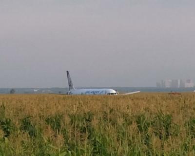 Пассажиры авиалайнера решили не рисковать и отказались от повторного полета