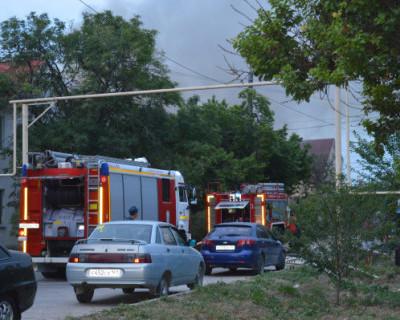 Как севастопольские спасатели боролись с огнём в деревянном доме (ФОТО, ВИДЕО)