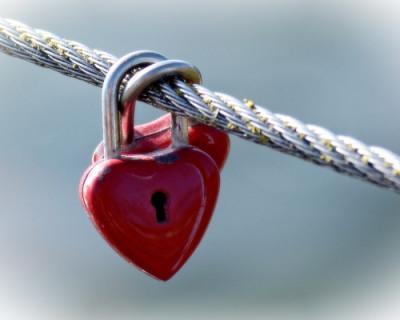 Молодая пара повесила замок любви на Крымском мосту