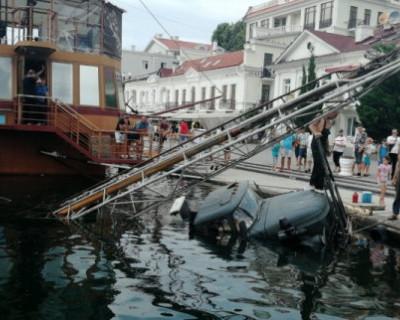 В Балаклаве ЗИЛ съехал с набережной в море