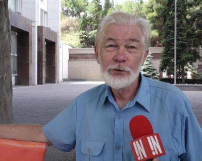 Севастопольский художник вышел на одиночный пикет у здания правительства города. Развожаев пока молчит (ВИДЕО)