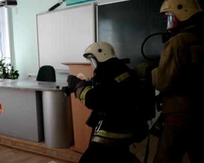 Огнеборцы Севастополя тушили пожар в гимназии № 24, спасатель потерял сознание (ФОТО, ВИДЕО)