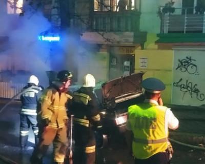 Столкнулся с деревом и сгорел: спасатели Севастополя тушили автомобиль в центре города