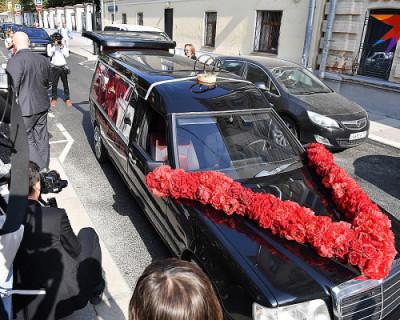 Собчак и Богомолов приехали в ЗАГС на катафалке (ВИДЕО, ФОТО)