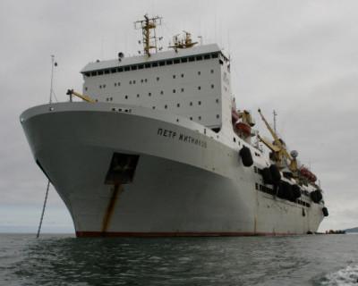 В Тихом океане загорелась российская плавбаза