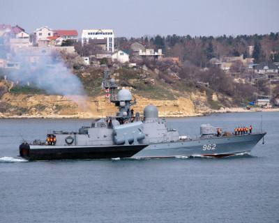 В Севастополе потушили горящий ракетный катер