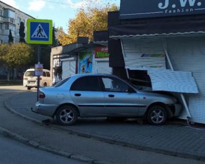 Девушка протаранила торговый павильон в Севастополе