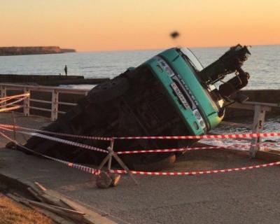 На пляже в Севастополе провалился грузовик