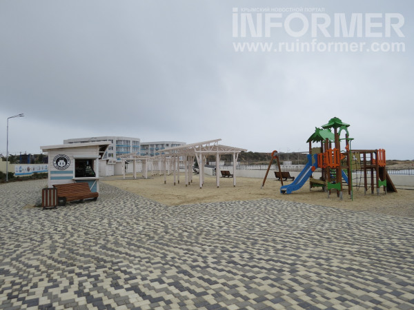 пляж адмиральская лагуна оборудован детской площадкой
