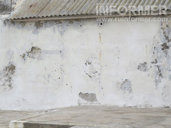 пляж Песочный огражден стеной