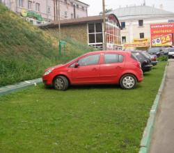 В Севастополе будут штрафовать за парковку на газонах