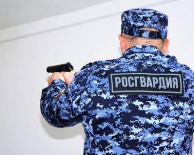 Военнослужащие Росгвардии задержали на севастопольском предприятии неадекватного мужчину с крупной партией наркотиков
