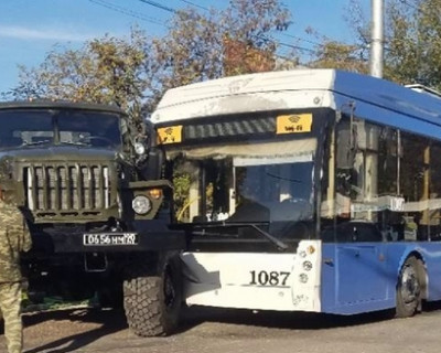 Военный грузовик столкнулся с троллейбусом в Севастополе