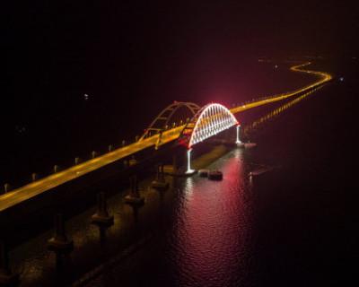 Крымский мост подсветили