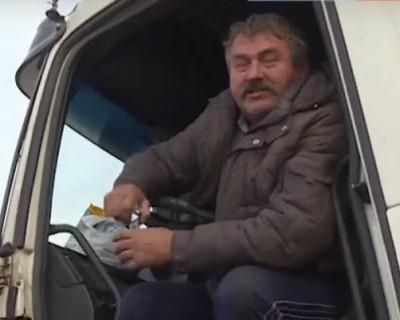 Дальнобойщик из Ленинградской области уже не один день ночует на обочине дороги в Крыму