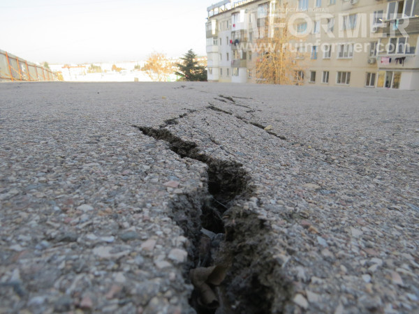 Рухнувшую в Севастополе парковку не трогают