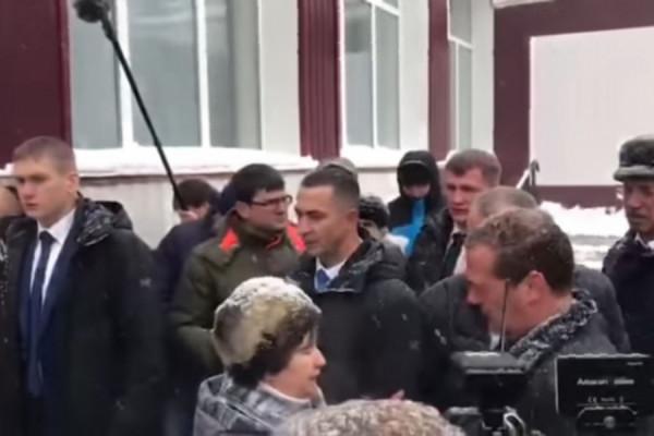 Жительница Алтайского края бросилась в ноги Медведеву (