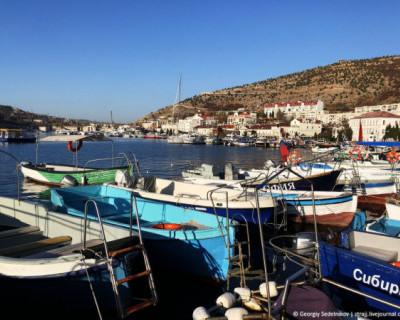 Вид на красивую Балаклаву портят трупы в море