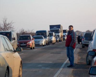 Ожидаемо! Украинцы массово едут в Крым, чтобы залить полный бак
