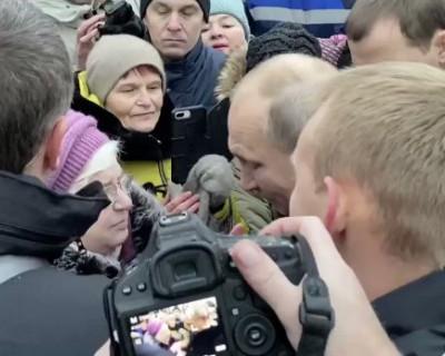 Пожилая женщина заплакала во время встречи президента России Владимира Путина с жителями Санкт-Петербурга (ВИДЕО)