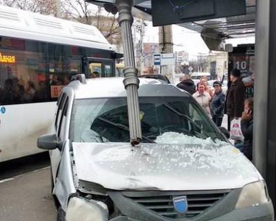 Легковой автомобиль врезался в автобусную остановку в Симферополе