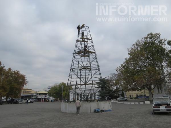 Предновогодний Севастополь: на главной площади города выросла 20-метровая ёлка
