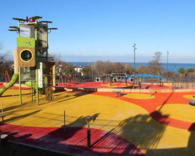 В Севастополе в новом парке вандалы разгромили скамейки и украли растения (ФОТО)