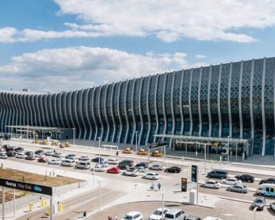 Дебошир в аэропорту Симферополя обматерил полицейских и угрожал им